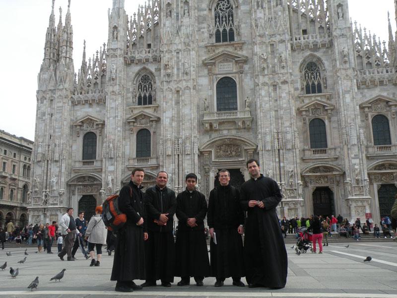 PP. Bressan, Wagner, Escudero, Highton y Beroch peregrinando en el norte de Italia. En la foto delante del Duomo de Milán.