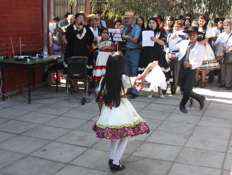 Niños realizando bailes típicos chilenos durante los festejos