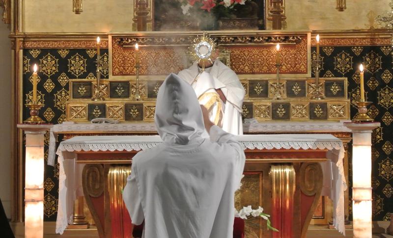 Monjes del IVE durante la bendición con el Santísimo Sacramento