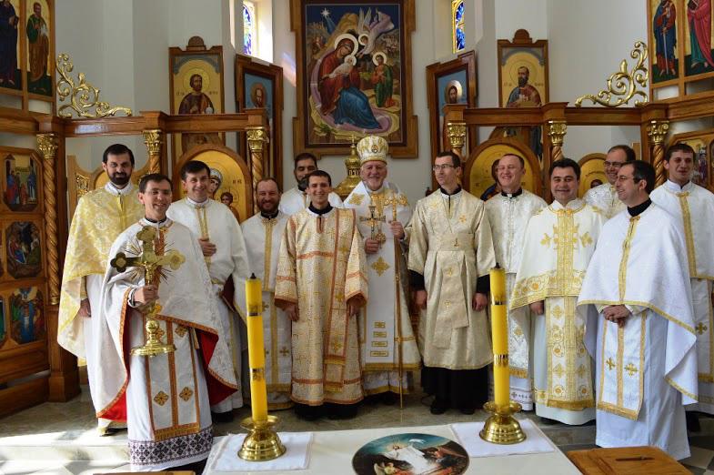 Diác. Andrés Karpinets (a la izquierda del obispo) y seminarista Lucas Shalamay (a la derecha del obispo) junto a los sacerdotes del IVE que participaron en la celebración