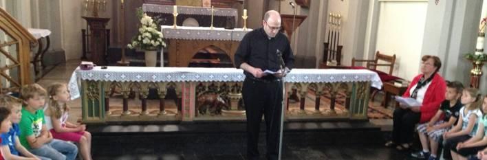 P. Federico Ceriani, IVE en una clase de Catecismo para niños