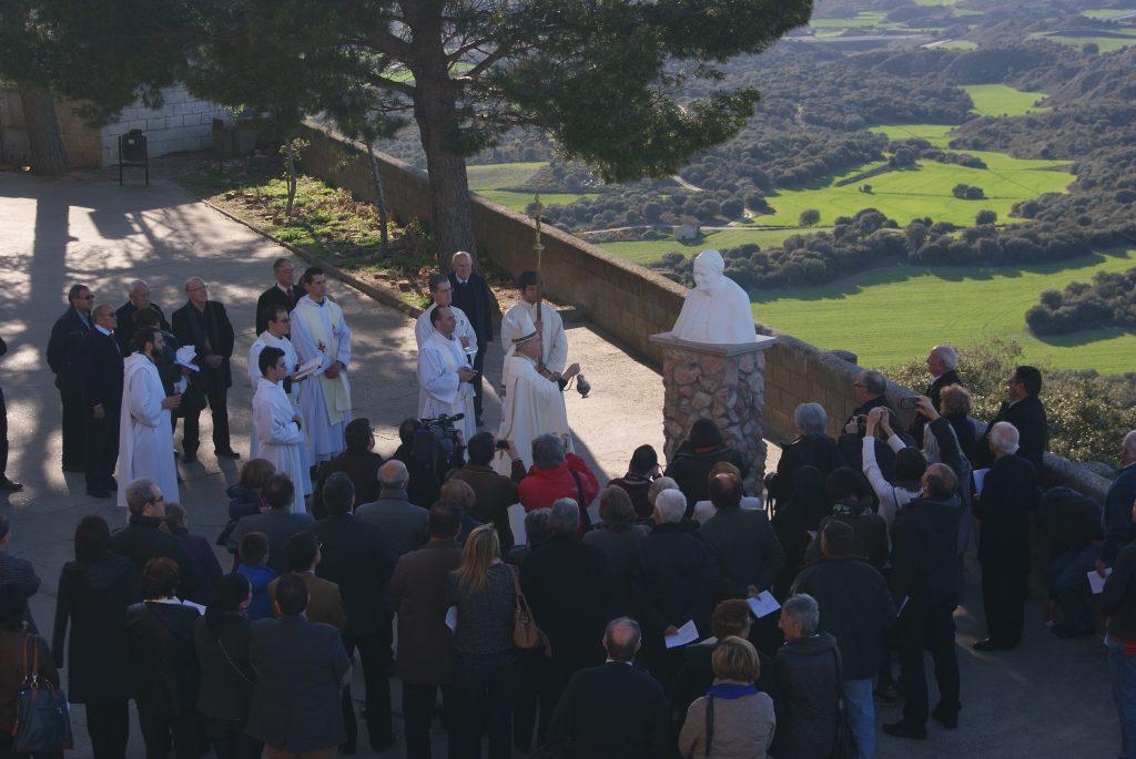 Momento de la bendición del Busto del Beato Juan Pablo II presente en el Santuario de El Pueyo de Barbastro
