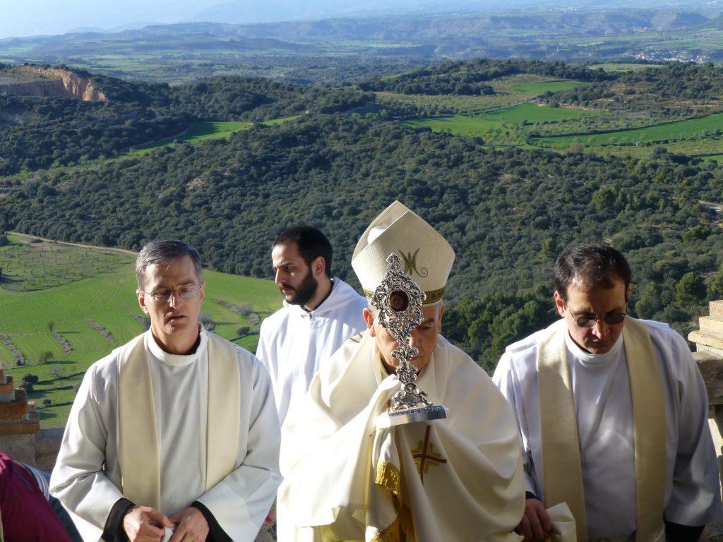 El Obispo de Barbastro lleva en procesión la reliquia de la sangre del Beato Juan Pablo II que se encuentra en el Santuario de Nuestra Señora de El Pueyo