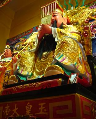En las fotos se ven algunos de los ídolos a los que se les rinde culto en el inmenso templo que está a 100m de nuestra Parroquia (Dayuan, Taoyuan , Taiwán)