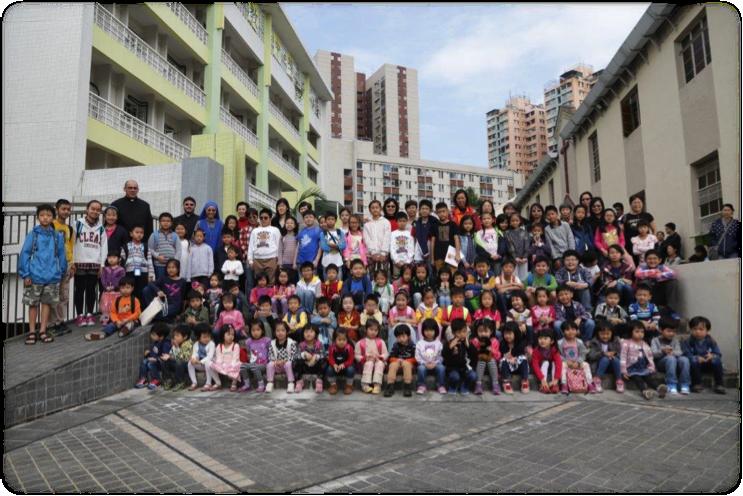 Niños de la clases de catecismo en chino con sus catequistas