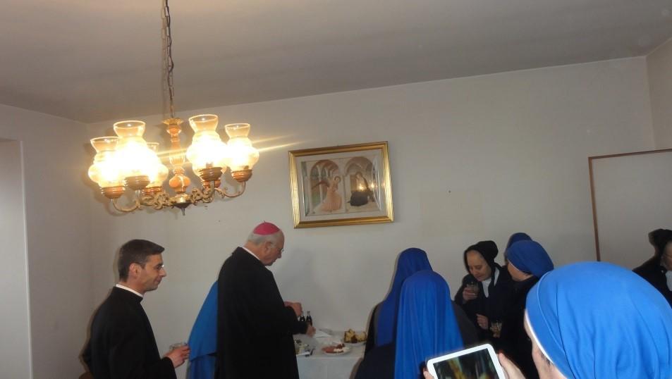 En nuestra casa: Mons. Fumagalli, su secretario, Suor Emanuela, Superiora General de las Maestras Pias, y algunas Servidoras.