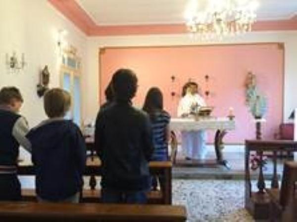 Durante la s. Misa en la capilla de las hnas. en Isola d'Asti.