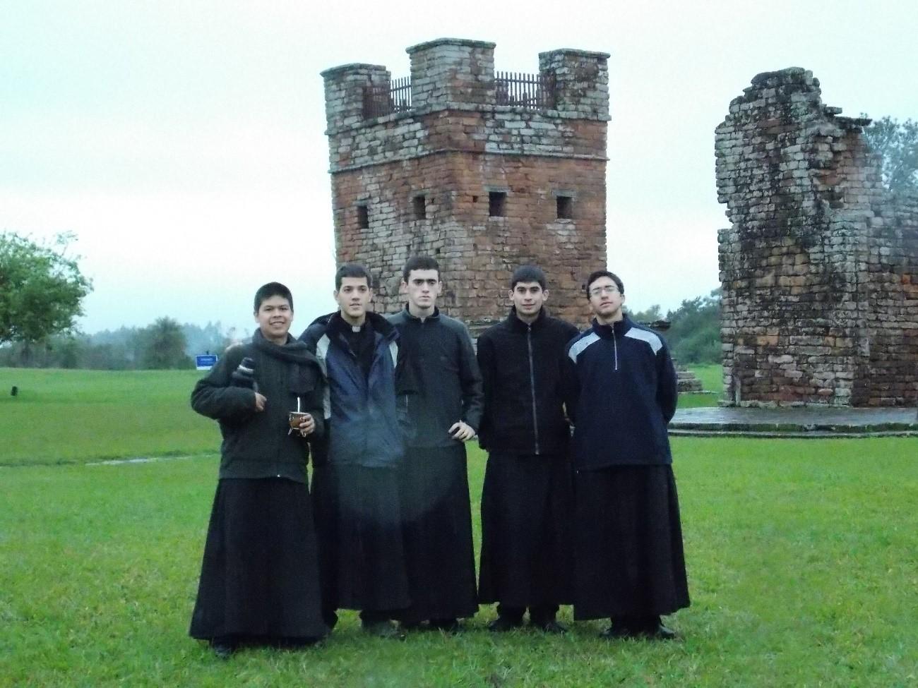 Los seminaristas del Instituto del Verbo Encarnado participaron de la visita del Papa Francisco a paraguay. Conocieron también las reducciones jesuitas y los restos de San Roque González