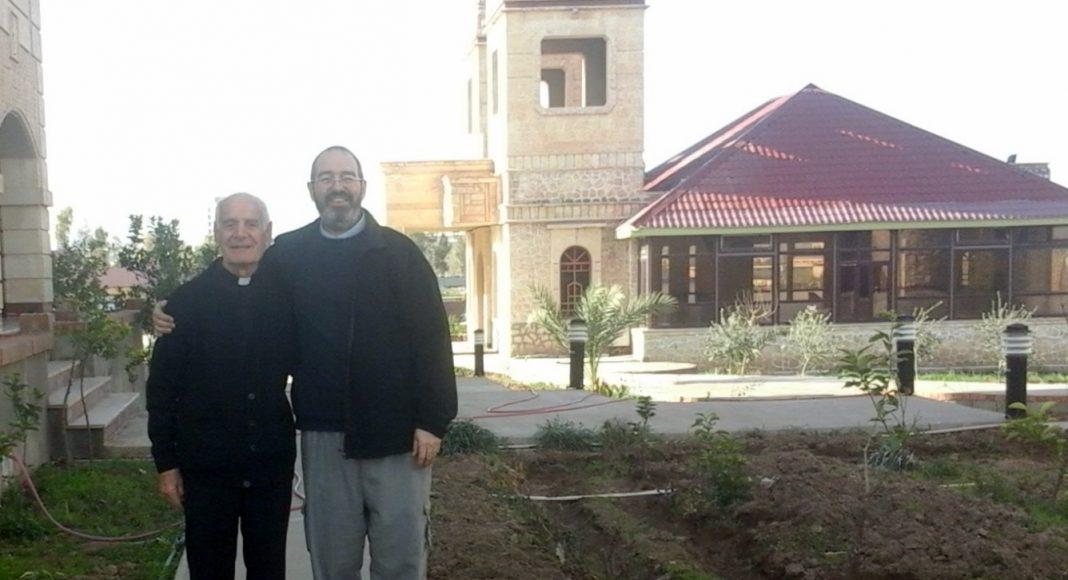Con un sacerdote refugiado anciano que vive en el seminario