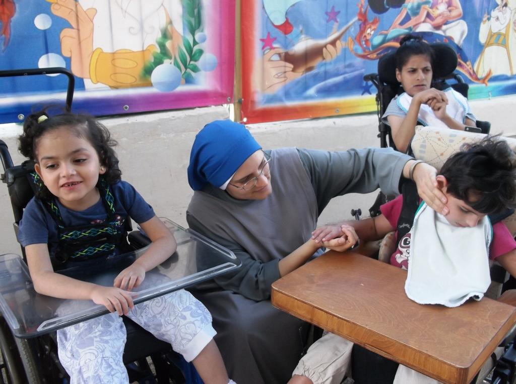 Sr Fiat con los niños - hogar para niños discapacitados en Belén