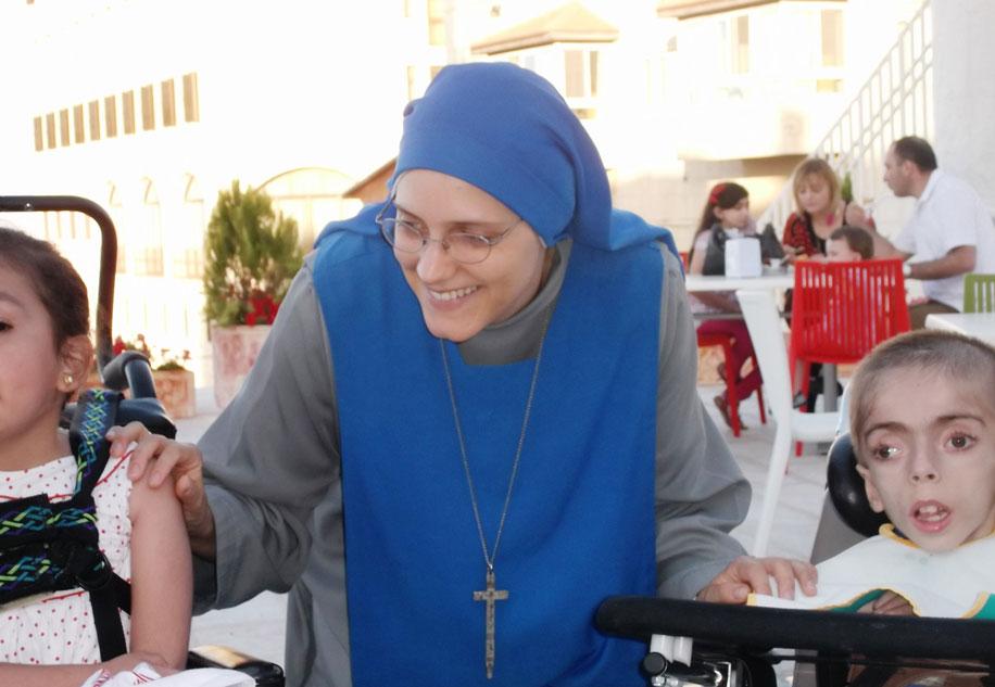 Hna. Maria del Fiat con Wassim en el Hogar Niño Dios