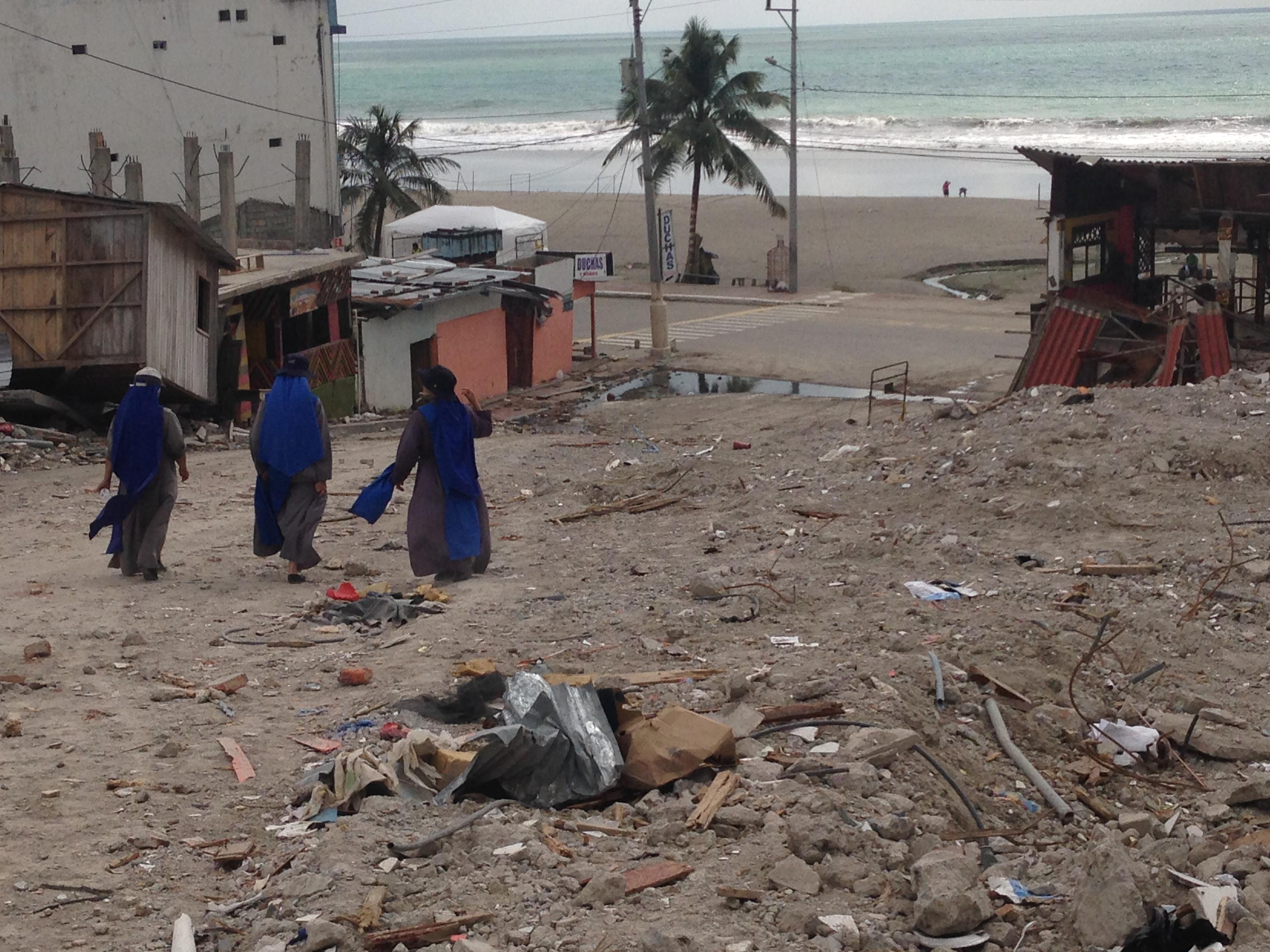 ayuda-a-damnificados-en-el-terremoto-de-ecuador (5)