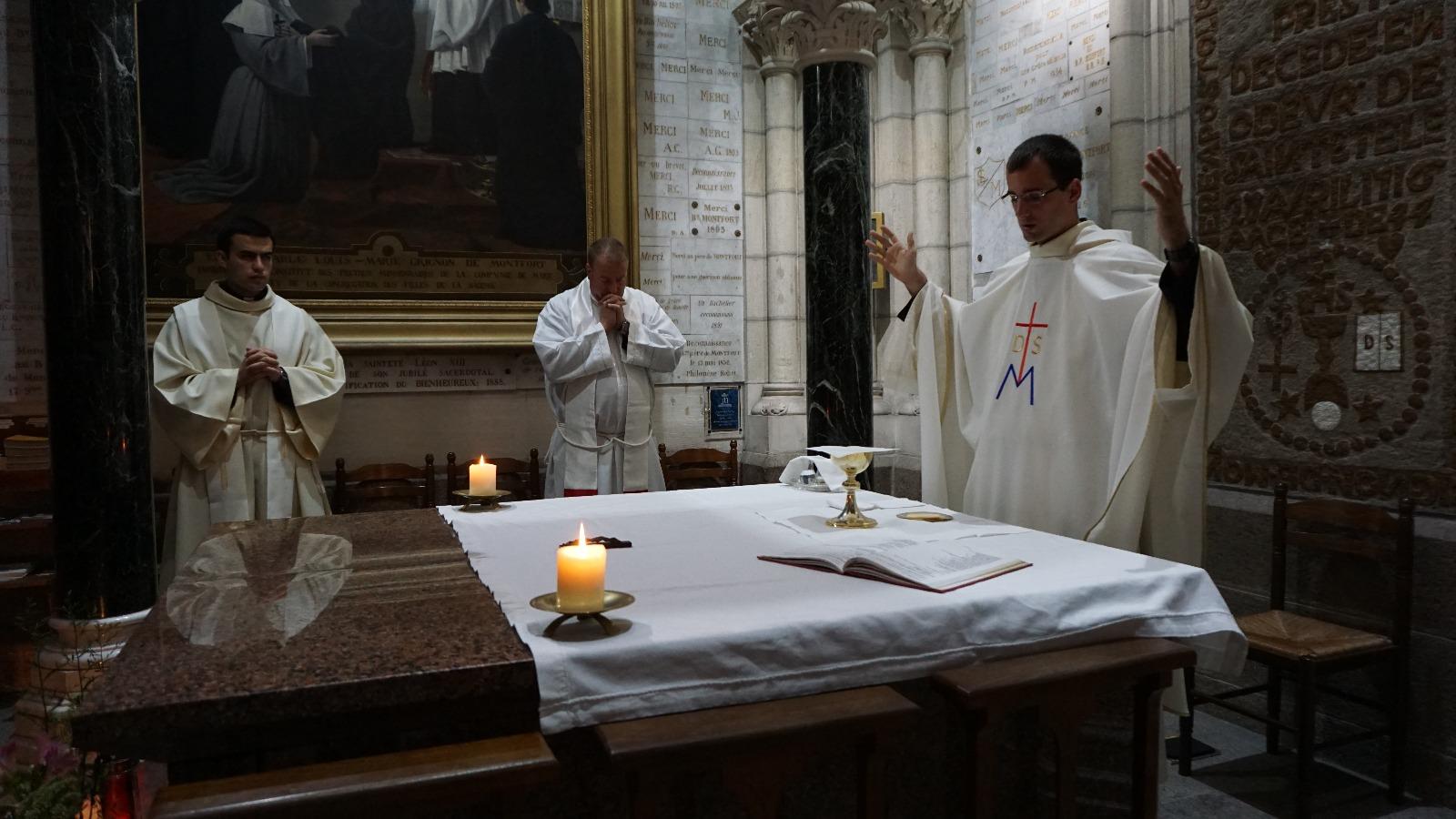 Misa sobre el altar que contiene los cuerpos de San Luis María Gringnion de Montfort y de Santa Marie-Louise Trichet