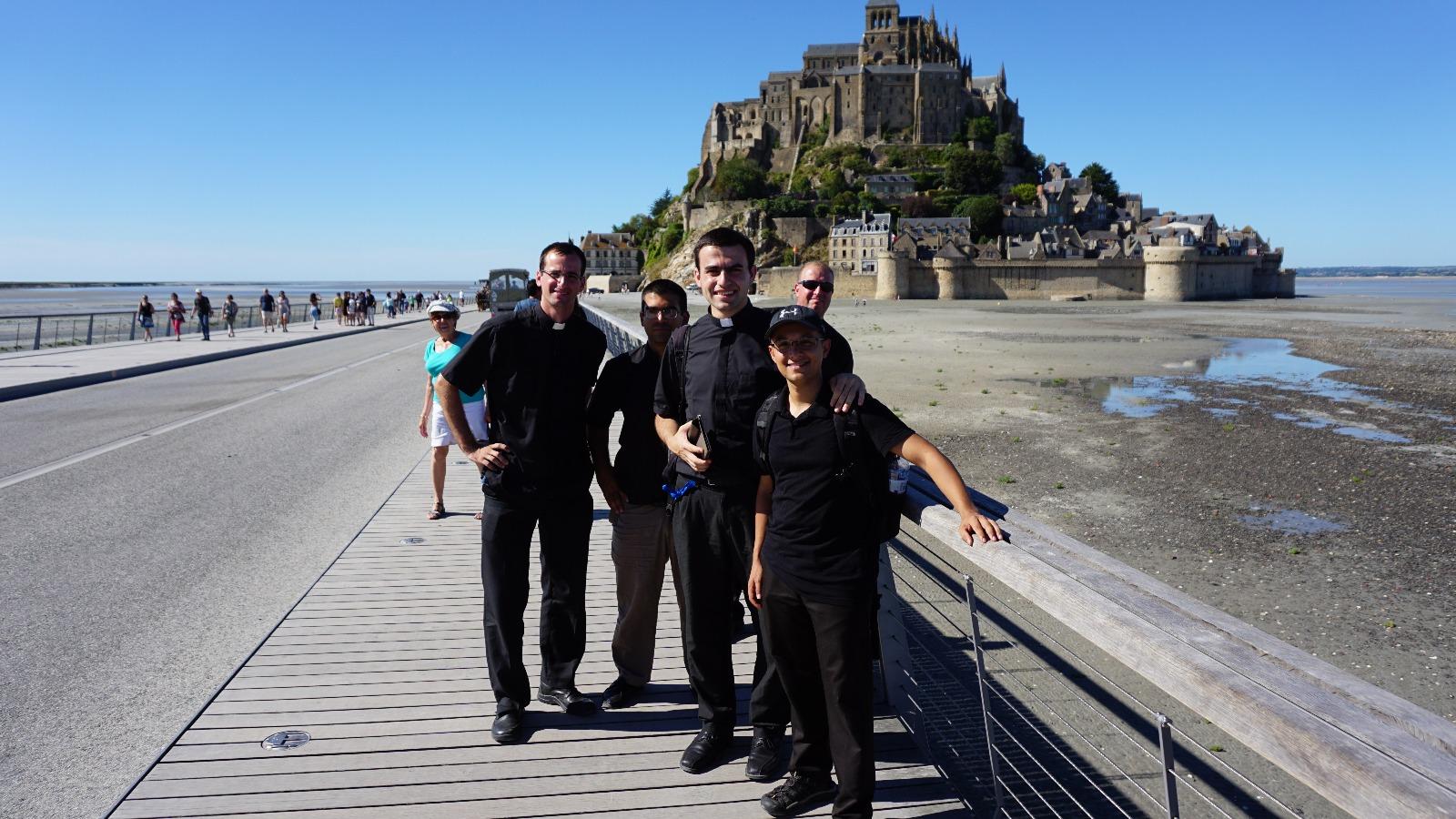 Monte Saint-Michel: isla que queda rodeada de agua en la marea alta, y que está coronada por un impresionante monasterio en cuya aguja se posa la imagen del arcángel. Es uno de los lugares más turísticos de Francia