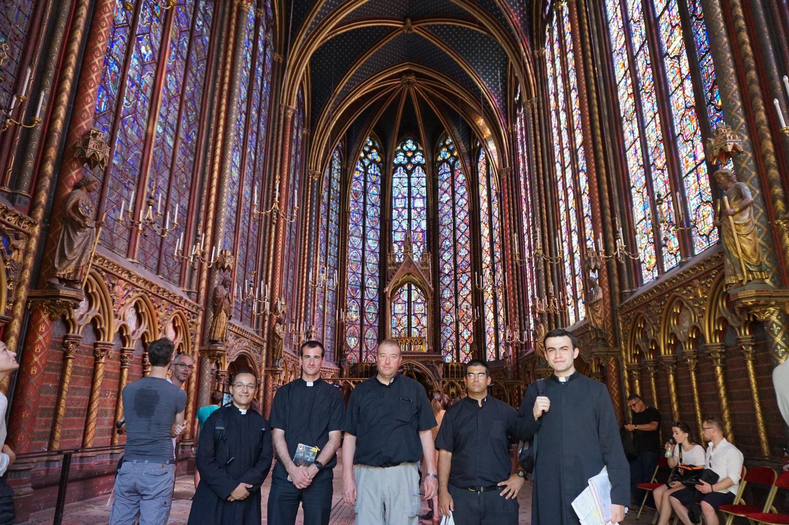 Saint-Chapelle construida por San Luis Rey de Francia para albergar las reliquias de la pasión, en particular la corona de espinas (hoy se encuentra reservada en Notre Dame).