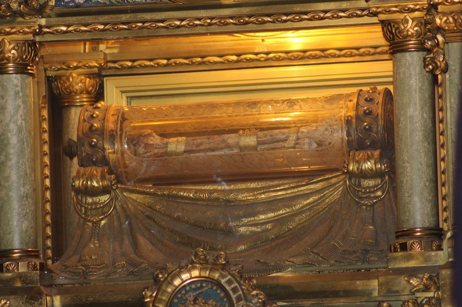 Urna con un hueso de Santa Teresita del Niño Jesús