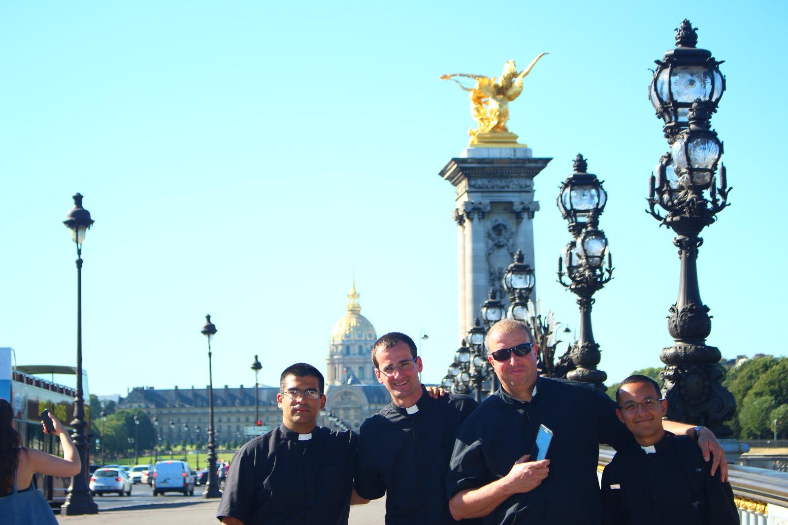 En el puente Alejandro III con vista de la iglesia donde está el cuerpo de Napoleón Bonaparte (fondo)