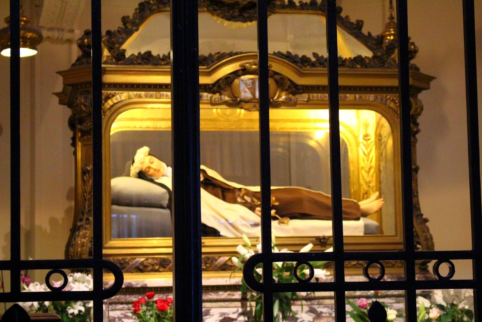 Lisieux: Bajo la imagen está el cofre con los restos de Santa Teresita del Niño Jesús (en el Carmelo de Lisieux, donde ella vivió)