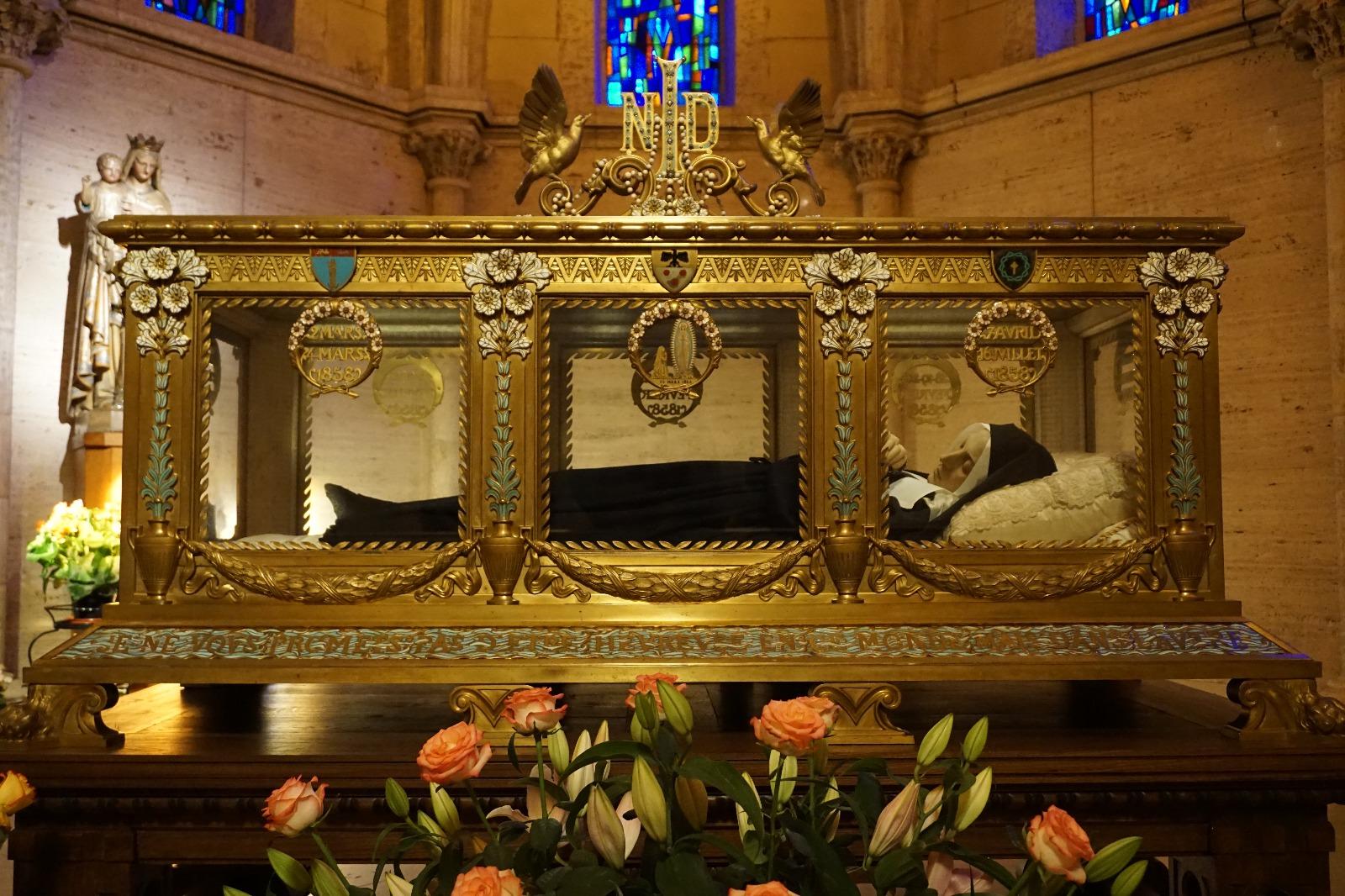 Nevers: cuerpo incorrupto de santa Bernardita (la que recibió las apariciones de Nuestra Señora de Lourdes). Fue religiosa de las hijas de la caridad.