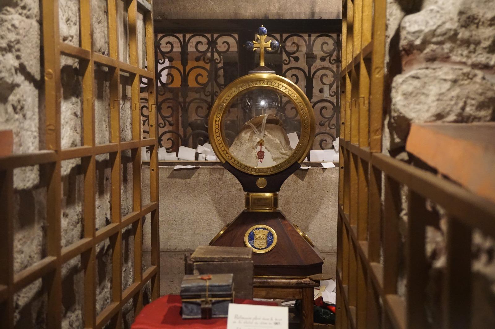 Tours: reliquias de San Martín de Tours (las que se pudieron rescatar del saqueo protestante)
