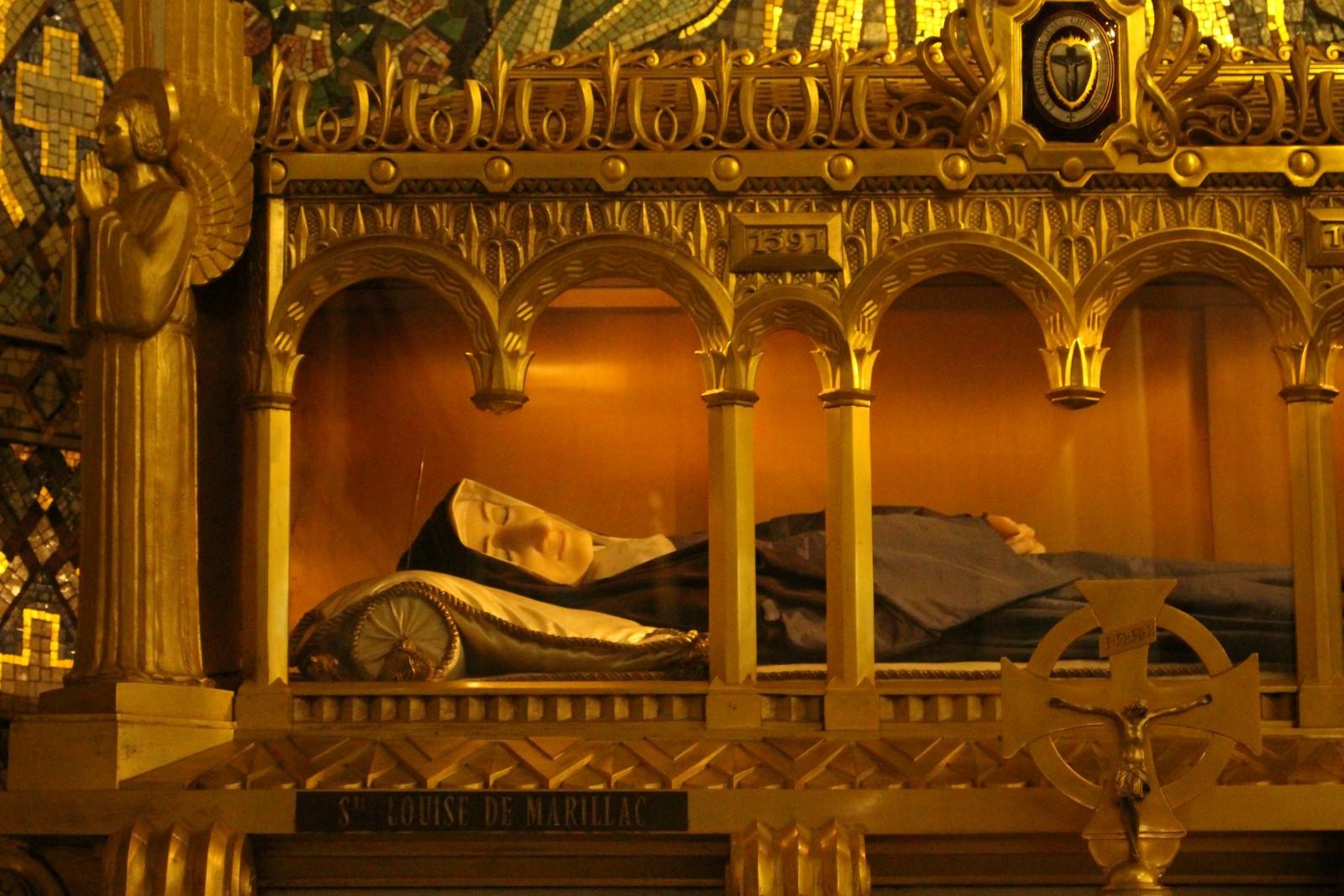 Restos de Santa Luisa de Marillac: fundadora de las Hijas de la Caridad junto con San Vicente de Paúl, en la misma Iglesia de la medalla milagrosa.