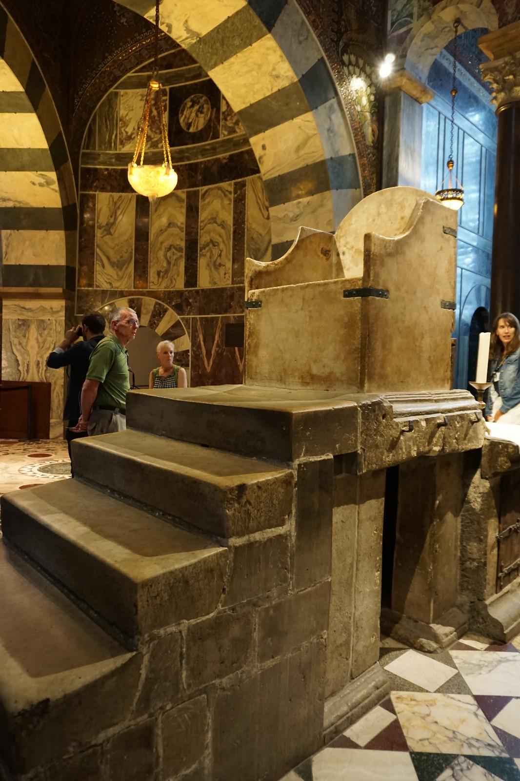 Trono construido por Carlomagno donde fueron coronados varios emperadores del sacro imperio romano germánico (dentro de la Iglesia)