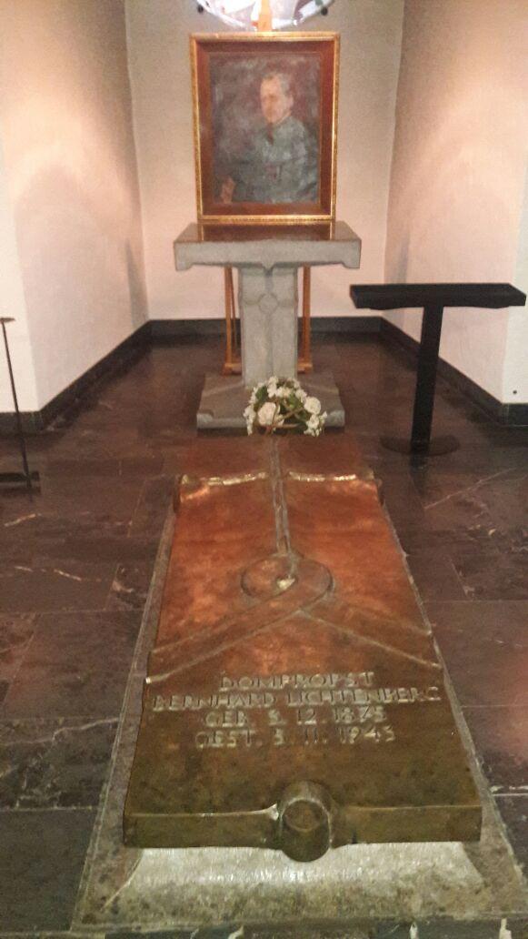 Tumba del Beato XXXX quien fue asesinado por denunciar los errores del régimen nazi (en la catedral católica)