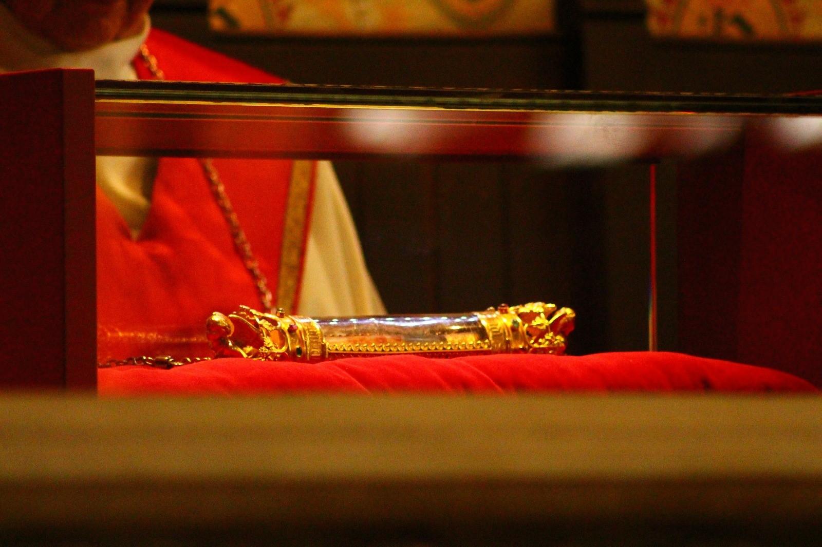 Reliquias de la Sangre de Cristo: se expone dos veces al día y según la tradición fue recogida por José de Arimatea
