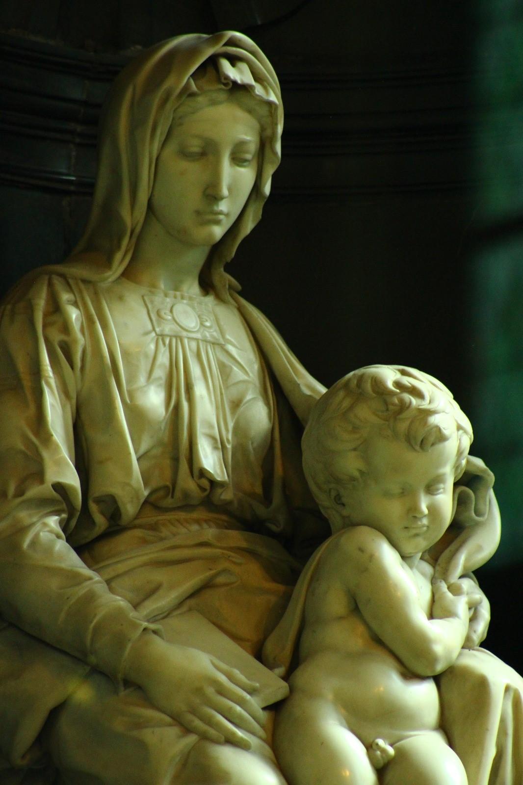 Escultura de la Virgen con el Niño de Miguel Ángel, en Brujas (una de las pocas esculturas del artista fuera de Italia)