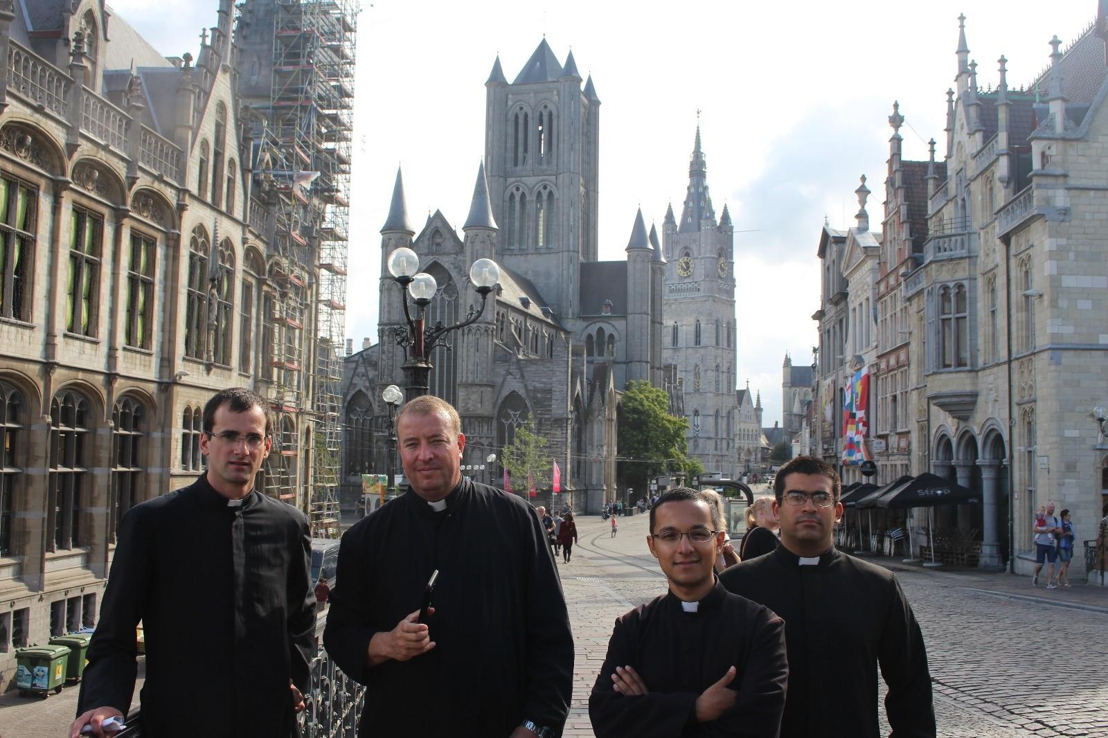Foto del centro de Gante (detrás se ve el edificio comunal y la catedral)