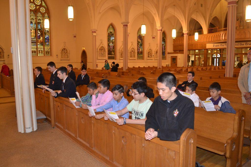 Monaguillos de nuestra parroquia junto a seminaristas menores frente al Santísimo Sacramento