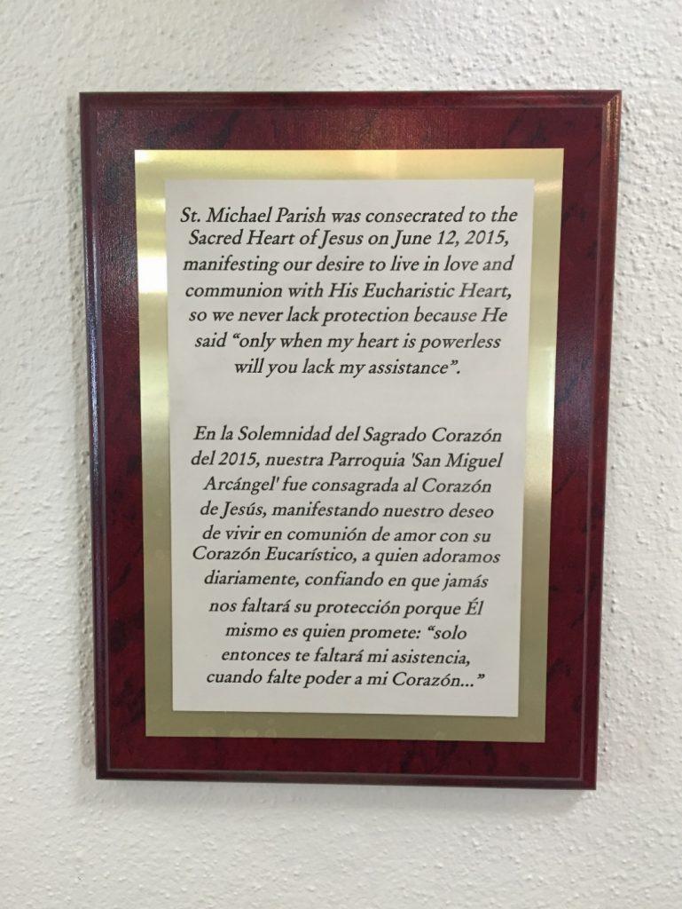 Placa en honor a la consagración colocada en el Templo Parroquial