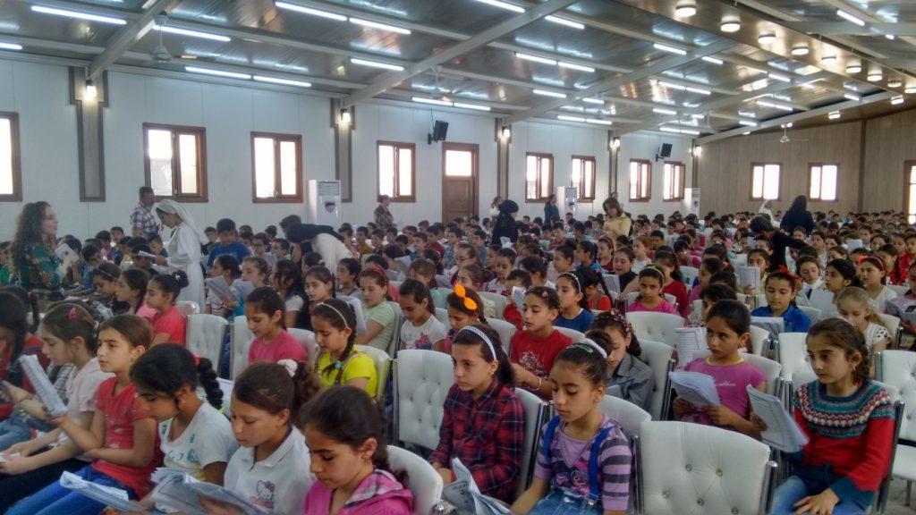 Niños sirio-católicos refugiados cantando el catecismo