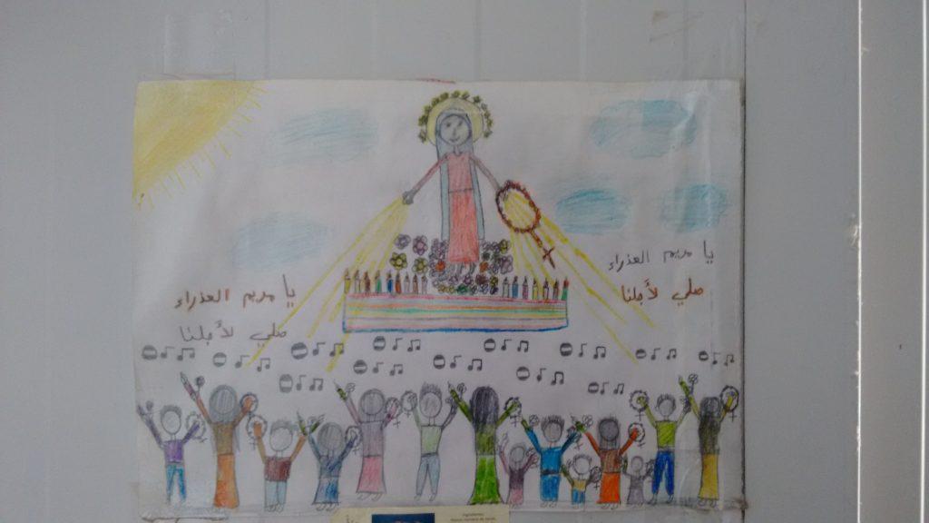 Dibujo realizado porMaryam que encontré alvisitar la cabaña de sufamilia. Se ve a la Virgen ylos refugiados deQaraqosh y la inscripcióna ambos lados escrita enárabe: ¡Oh Virgen Maria,ruega por nosotros!