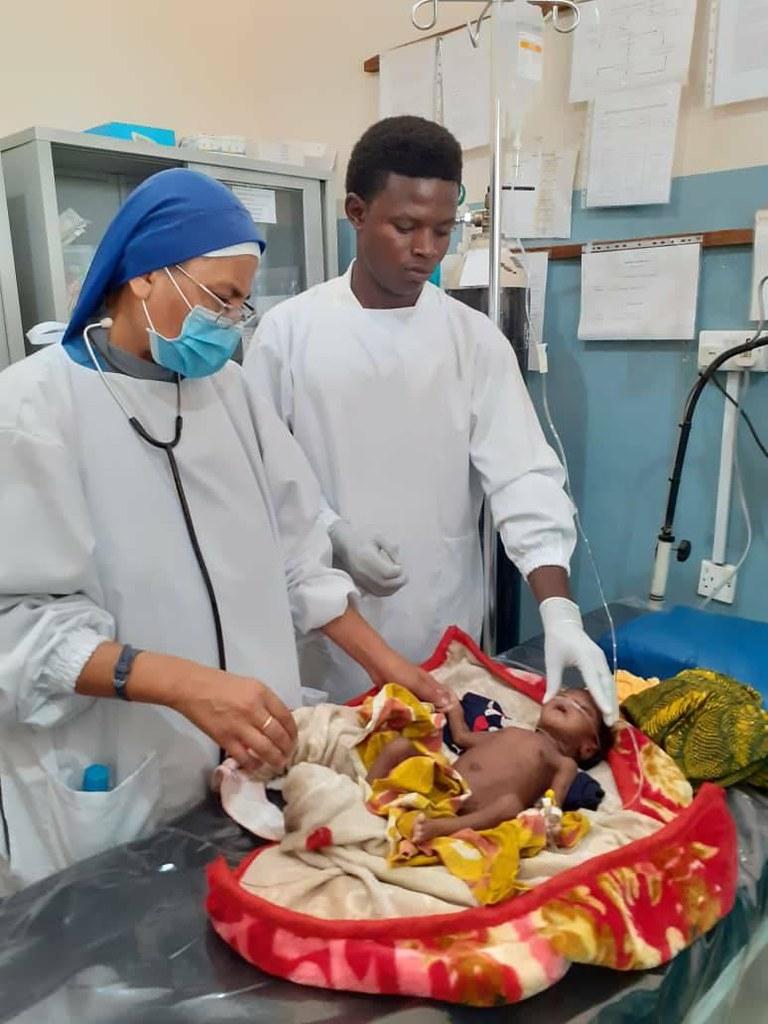 Tanzania - Cuidando a un bebé de un mes que llegó al Dispensario.