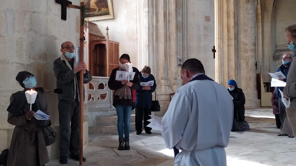 Francia - Viacrucis en la Catedral de Saintes.