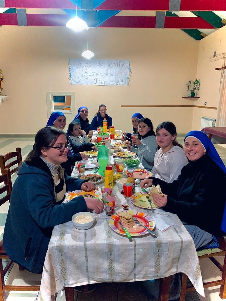 Albania - Bienvenida de la Hna. Mater Humanitatis a la residencia María Tuci en Troshan.