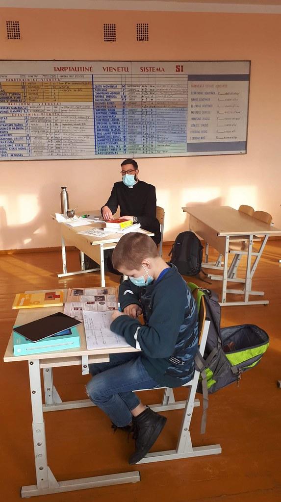 Lituania - Ayudando en la escuela