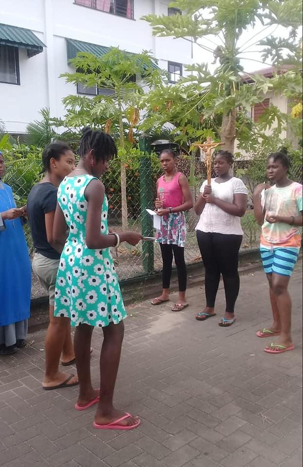 Suriname - Via Crucis en el Hogar