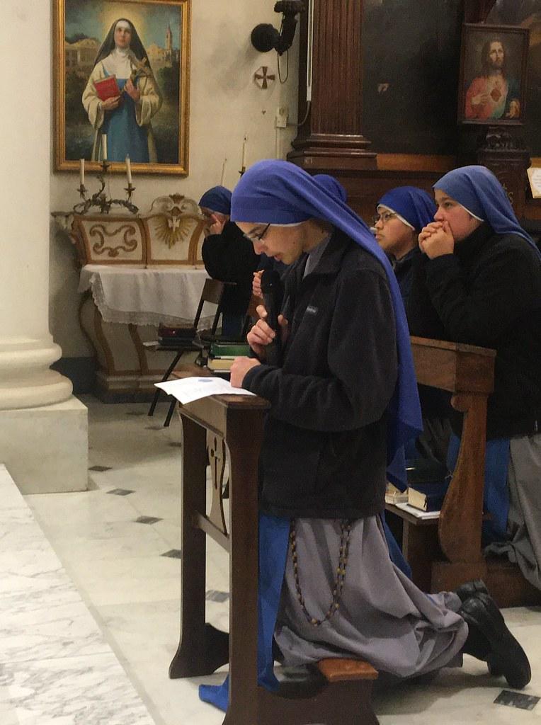 Italia - Ingreso al Monasterio de la Hna. Dove of Simplicity