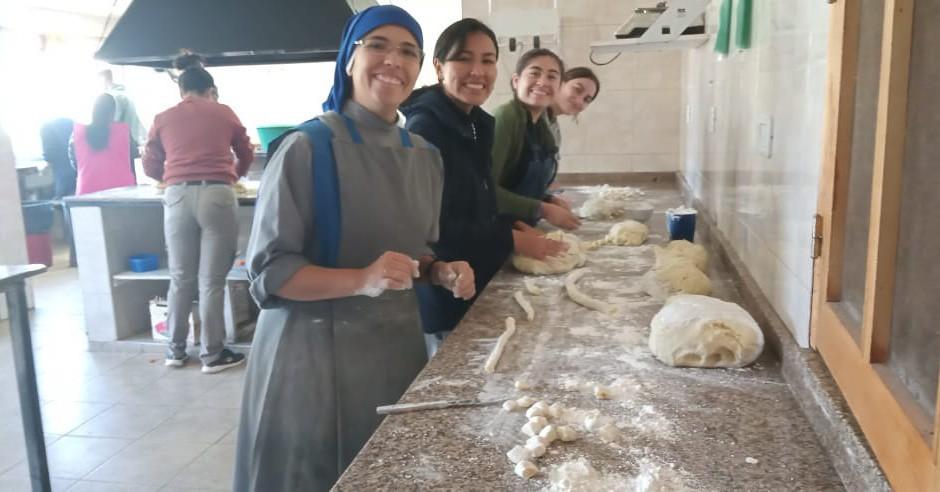 Argentina - Las jóvenes del Hogar Rosa Giovannetti ayudando en el Hogarcito San Martín de Tours