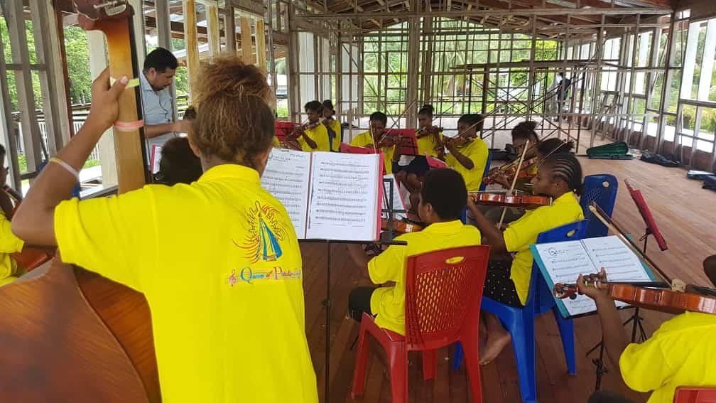 Papúa - Práctica de orquesta en las nuevas aulas