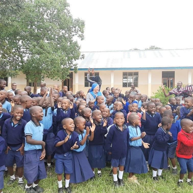 Tanzania - Celebrando el cumpleaños de la Hna. Aurora con los niños de nuestra escuela Stella Matutina.