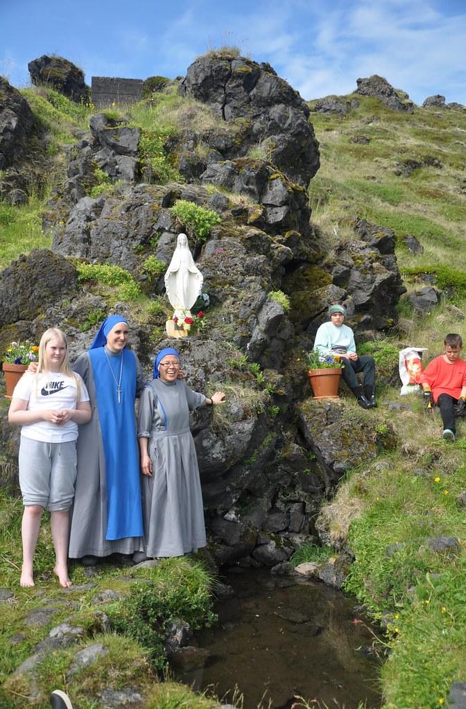 Islandia - Flores para la gruta de la Virgen