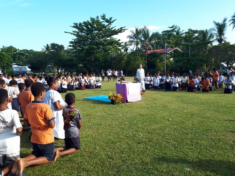 Papua - Adoracion de Las reliquias de la Santa Cruz en el colegio