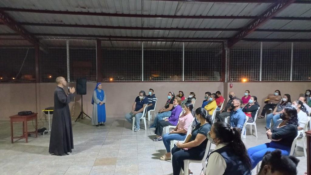 Ecuador - Primera Escuela para Padres en la Unidad Educativa San Pio de Pietrelcina