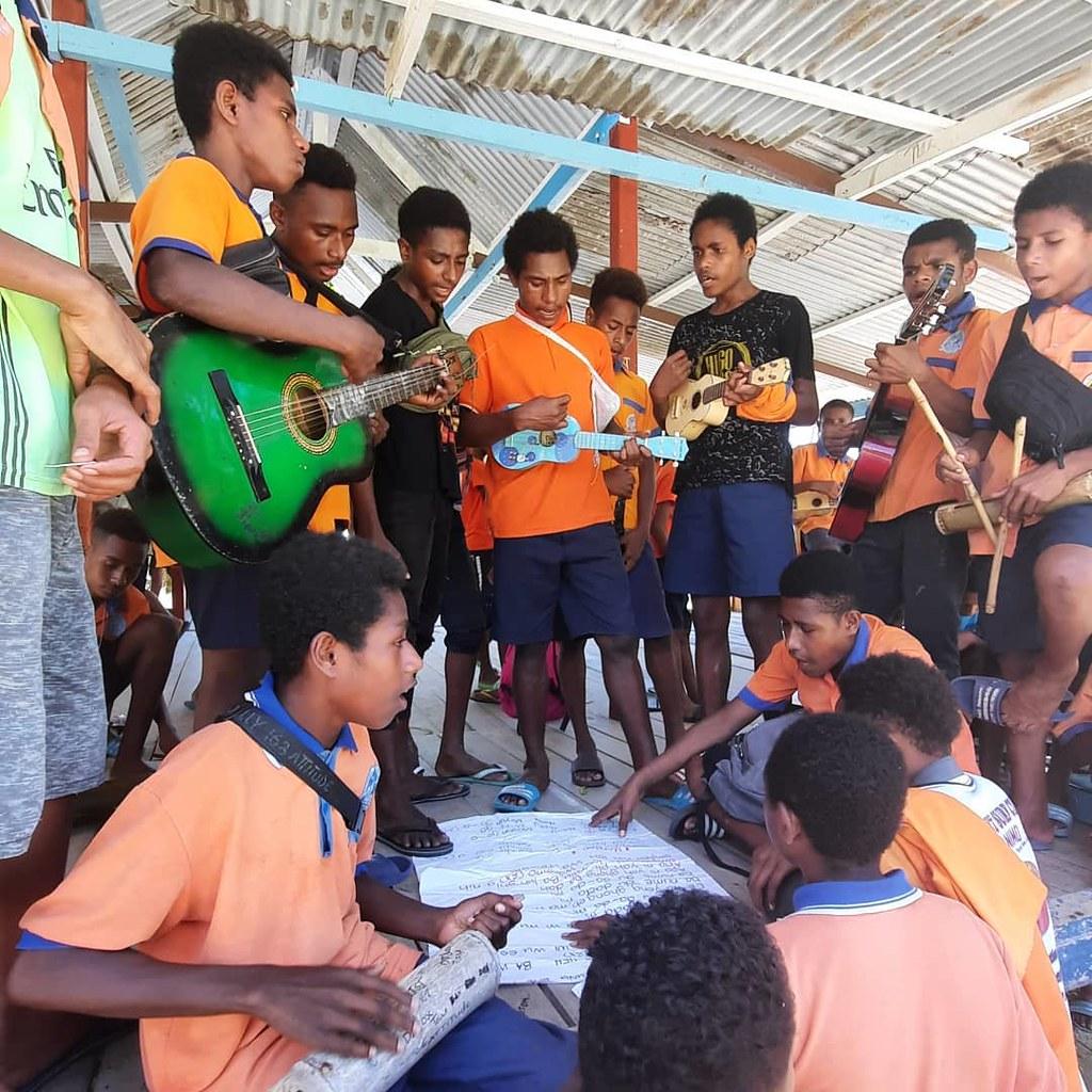 Papúa Nueva Guinea - Escolares preparando para la Semana de la Educación