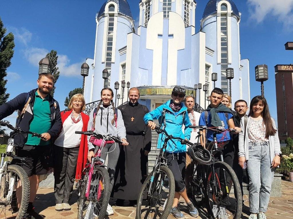 Ucrania - Paseo en bicicleta de la parroquia