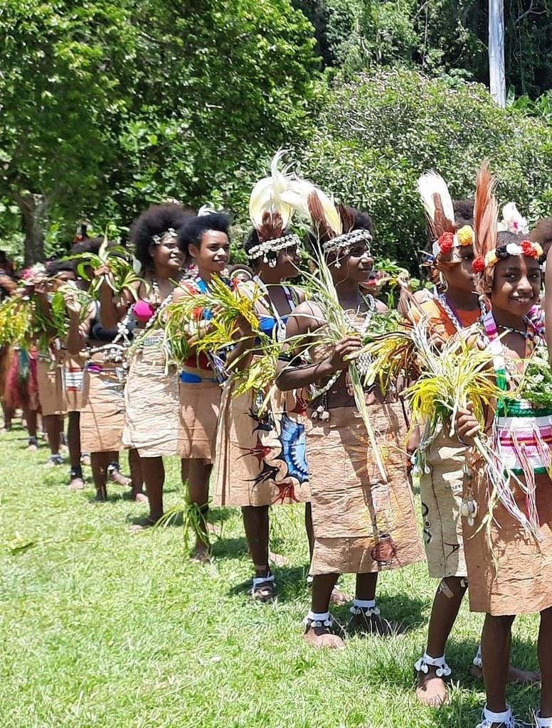 Papúa Nueva Guinea - Escolares con ropa tradicional