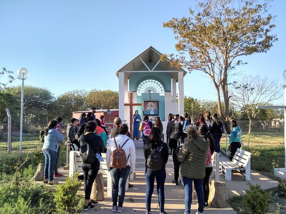 Argentina - Peregrinación de 21 km de los jóvenes a la Virgen de la Merced en el lote 5